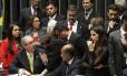 O presidente da Câmara, Eduardo Cunha, discute com deputados