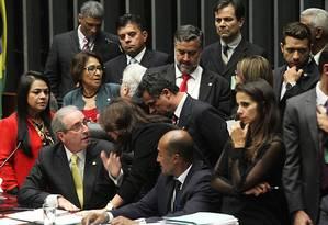 O presidente da Câmara, Eduardo Cunha, discute com deputados Foto: Jorge William / Agência O Globo