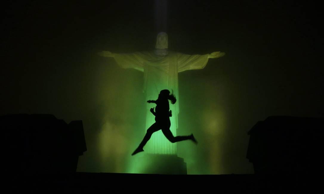 Cristo Redentor é iluminado de verde e amarelo para comemorar os 100 dias para as Olimpíadas Marcelo Carnaval / Agência O Globo