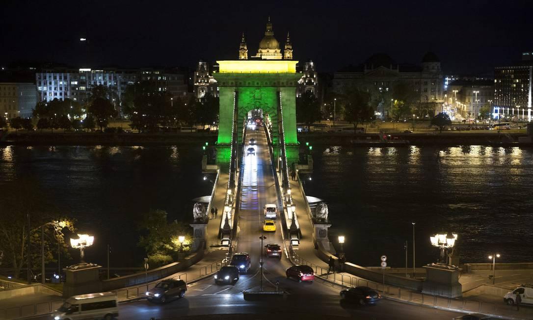 As cores do Brasil chegaram também ao exterior. Aqui, a ponte Széchenyi Lánchíd, que atravessa o Rio Danúbio em Budapeste, na Hungria Szilard Koszticsak / AP