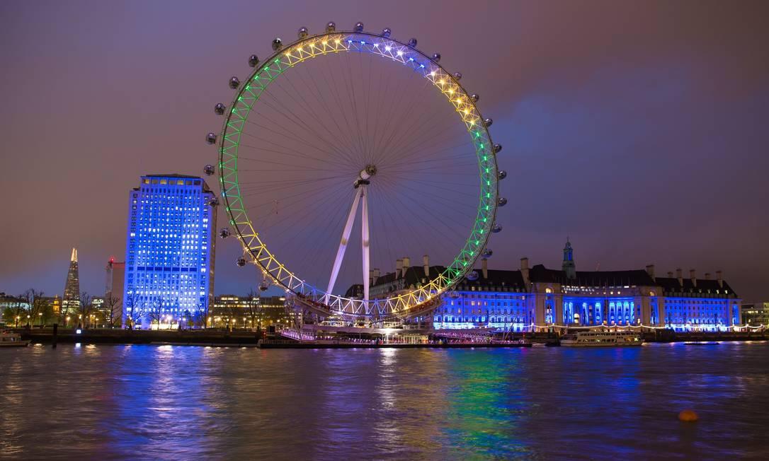 London Eye, famosa roda gigante no centro de Londres, também ficou iluminada de verde e amarelo Dominic Lipinski / AP