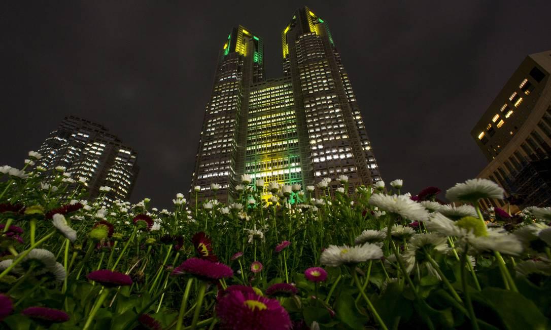 A sede da prefeitura de Tóquio, cidade que receberá as Olimpíadas de 2020, homenageou a marca de 100 dias para os Jogos do Rio THOMAS PETER / REUTERS
