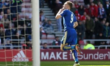 Vardy comemora um gol pelo Leicester. Atacante é o artilheiro do time na Premier League Foto: Reuters / Russell Cheyne