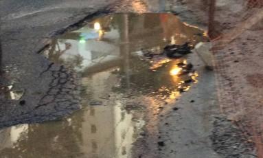 O vazamento de esgoto na Urca Foto: Foto enviada pela leitora Maria Izabel Meirelles para o WhatsApp do GLOBO / Eu-Repórter