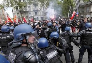 Manifestantes entram em conflito com a polícia durante protesto contra as mudanças nas leis trabalhistas Foto: ROBERT PRATTA / REUTERS/Robert Pratta