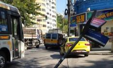 A placa caída na esquina das Ruas Viúva Lacerda e Humaitá Foto: Leitor Fernando Arthur Queiroz / Eu-Repórter
