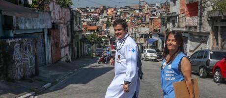 O médico do programa Mais Médicos Rafael Soares, no Capão Redondo, em São Paulo Foto: Pedro Kirilos / Agência O Globo