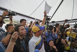 Líder opositor Henrique Capriles fala com a imprensa depois de deixar sua assinatura pela realização de referendo contra Maduro, em Caracas Foto: JUAN BARRETO / AFP