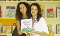 Mirna, à esquerda, e Ana com o primeiro livro do selo Foto: Agência O Globo / Guilherme Leporace