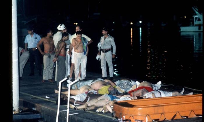 Resgate das vítimas do naufrágio do Bateau Mouche Foto: Otavio Magalhães 01-01-1989 / Agência O Globo