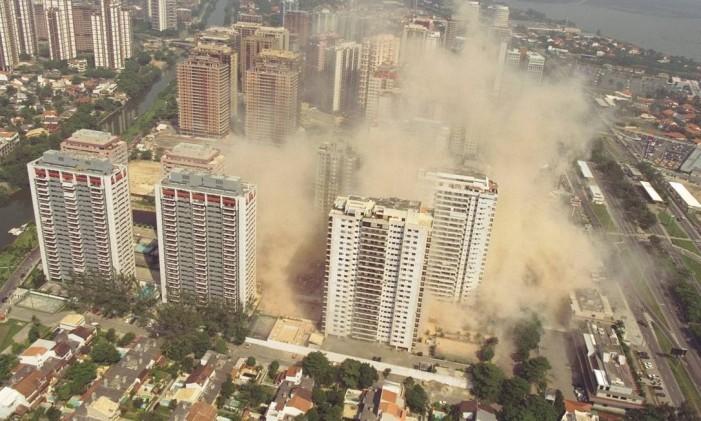 A implosão do Edifício Palace 2 na Barra, em 28/02/1998 Foto: Domingos Peixoto / Agência O Globo