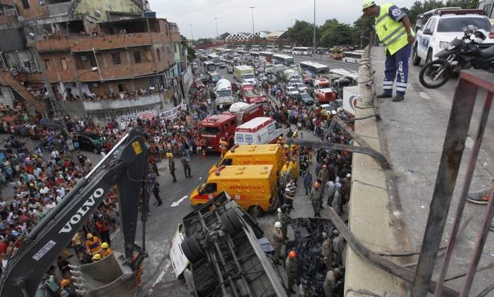 Bombeiros resgatam vítimas de acidente com ônibus em viaduto que liga Ilha do Governador à Avenida Brasil em 02/04/2013 Foto: Marcelo Carnaval / Agência O Globo