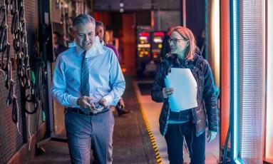 Jodie Foster orienta o protagonista George Clooney, que vive um guru financeiro de um programa de TV Foto: Divulgação