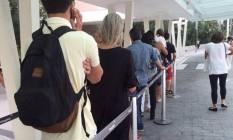 Clientes fazem fila na entrada da Apple Store do Village Mall Foto: Foto do Leitor