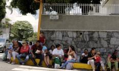 Venezuelanos fazem fila para comprar alimentos básicos em frente a supermercado em Caracas Foto: MARCO BELLO / REUTERS