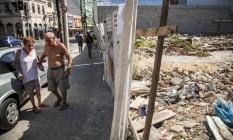 Restauração: Calçada danificada durante explosão é reconstituída Foto: Hermes de Paula / Agência O Globo