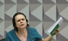 """Janaina Paschoal se emocionou ao sacudir um exemplar da Constituição, chamando-o de """"livro sagrado"""" Foto: Andre Coelho / Agência O Globo"""