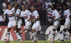 Jogadores do São Paulo comemoram gol de Centurión na vitória sobre o Toluca na Libertadores Foto: NELSON ALMEIDA / AFP