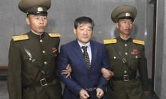 Kim Dong-chul é escoltado para seu julgamento nesta sexta-feira Foto: Kim Kwang Hyon / AP