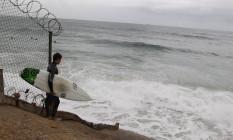No início da manhã desta sexta-feira, surfista se preparava para entrar no mar, ainda com ressaca Foto: Pedro Teixeira / Agência O Globo