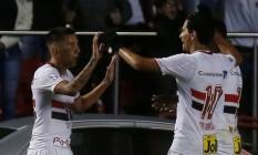Centurion comemora com Ganso (10) e Michel Bastos: goleada do São Paulo sobre o Toluca nas oitavas da Libertadores Foto: PAULO WHITAKER / REUTERS