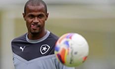 Airton em treino do Botafogo, em janeiro: jogador talvez reapareça no time, após estiramento muscular, no último jogo do Campeonato Carioca Foto: Vitor Silva / SSPress/Botafogo