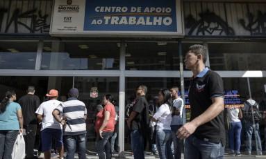 Fila em frente ao Centro de Apoio ao Trabalho em São Paulo Foto: Paulo Fridman / Bloomberg