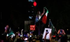 Manifestante segura bandeira mexicana em protesto contra Trump Foto: MIKE BLAKE / REUTERS