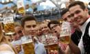 Para alcançar os níveis do composto usados na pesquisa, um humano adulto teria que beber 3,5 mil copos de meio litro de cerveja por dia Foto: MICHAELA REHLE / REUTERS