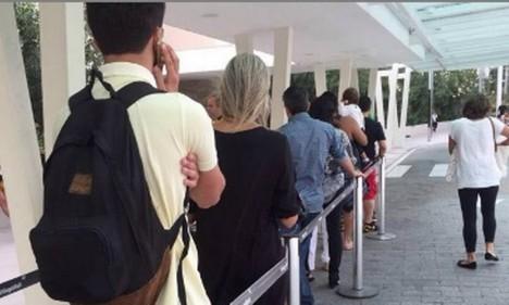 Clientes enfrentam longa fila na entrada da Apple Store do Village Mall Foto: Foto do leitor