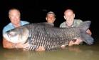 Pescadores usam cinzas de amigo para fisgar carpa imensa Foto: Reprodução/Facebook