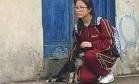 Imagem de menina protegendo cão de rua da chuva derrete corações na web Foto: Reprodução/Facebook