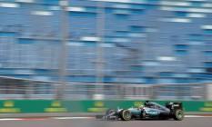 Lewis Hamilton em ação no circuito de Socchi: piloto britânico foi o mais veloz do primeiro dia de treinos para o GP da Rússia Foto: MAXIM SHEMETOV / REUTERS