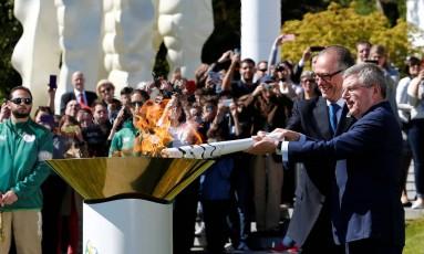 Nuzman, presidente do comitê Rio-2016, e Thomas Bach, presidente do COI, acendem uma pira olímpica em Lausanne, na Suíça Foto: DENIS BALIBOUSE / REUTERS