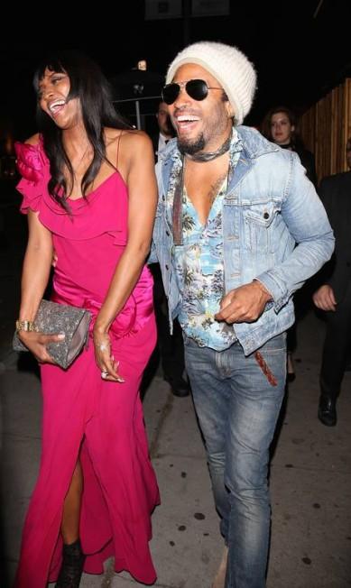 Naomi Campbell chegou dando risada com Lenny Kravitz AKM-GSI