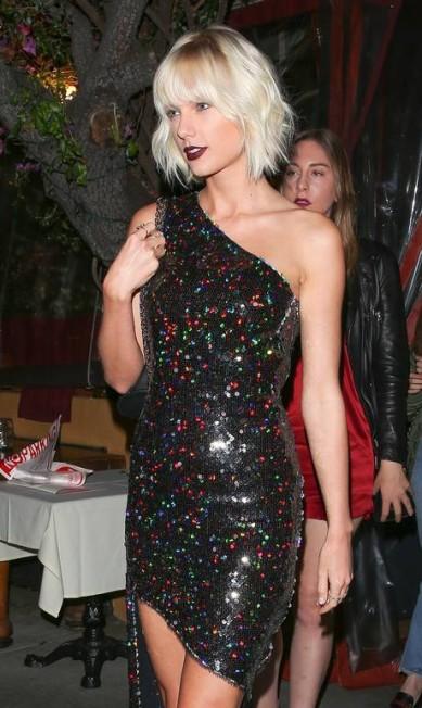 Taylor Swift teve uma noite agitada: depois de jantar com Lily Aldridge, as duas seguiram para o aniversário de Gigi. A cantora chegou com o seu novo cabelto platinado AKM-GSI