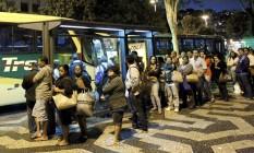 Passageiros esperam ônibus em ponto no Centro do Rio Foto: Marcelo Piu / Agência O Globo