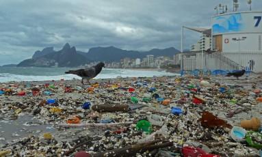 O lixo deixado após ressaca na Praia de Ipanema Foto: Eu-Repórter / Leitor Jaime Finkel