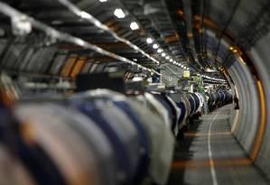 O LHC em seu túnel no laboratório da Cern, na Suíça Foto: Martial Trezzini / AP