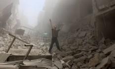 Homem gesticula em meio à destruição causada por ataque aéreo em Aleppo Foto: AMEER ALHALBI / AFP