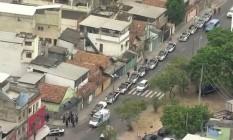 Cerca de 300 agentes participam de operação policial na comunidade de Manguinhos Foto: Reprodução / TV Globo