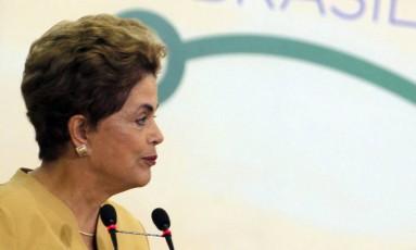 Dilma Roussef, durante cerimônia de anúncio da prorrogação do programa Mais Médicos Foto: Givaldo Barbosa / Agência O Globo
