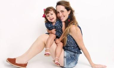 A estilista Nica Kessler e a filha Maria Thereza: uniformizadas Foto: Divulgação