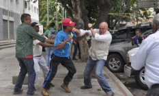 Torrealba (de colete) é agredido em vídeo feito por aliados Foto: Reprodução