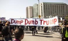 'Mandem embora o burro Trump': cartaz brinca com palavras para protestar contra magnata Foto: Ramin Talaie / AFP
