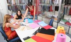 Alunas do curso de moda Senai Cetiqt atuam em um dos laboratórios da graduação Foto: Divulgação / Paulo Linhares