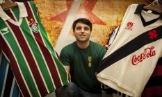 Marcelo Roisman, da Liga Retrô, com as camisas usadas por Ado, pelo Fluminense, e Sorato, pelo Vasco: em breve, mais peças Foto: Fabio Rossi / Agência O Globo