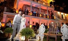 Noivos à frente do casarão, o Espaço Barcelona, que recebeu cem pessoas para um evento-teste: o primeiro casamento está agendado para setembro Foto: Divulgação/ Olharemfoco