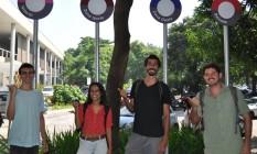 Michel Balassiano (direita) e os outros alunos criadores do Caronaê em um ponto de encontro Foto: Divulgação / Acervo Coppe/UFRJ