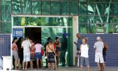 Mesmo com sala climatizada, parentes de pacientes preferem aguardar o atendimento na porta do Evandro Freire; com o fechamento da UPA, espera tem sido de até três horas Foto: Marcelo de Jesus / Agência O Globo